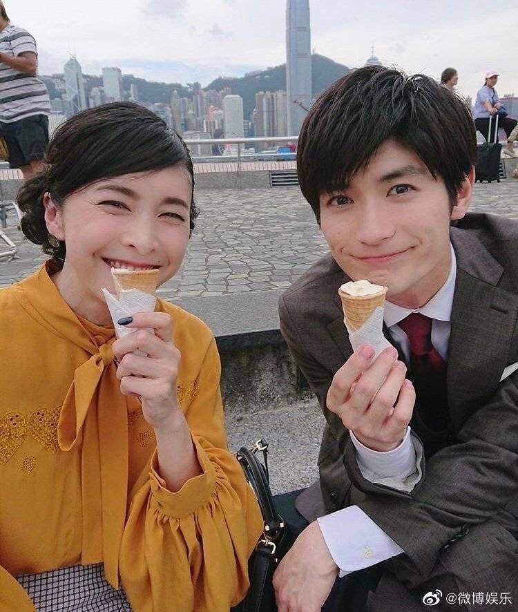 竹內結子(左)和三浦春馬拍片時在尖沙咀吃冰淇淋,兩人和工作人員聊天互相打趣。(取...