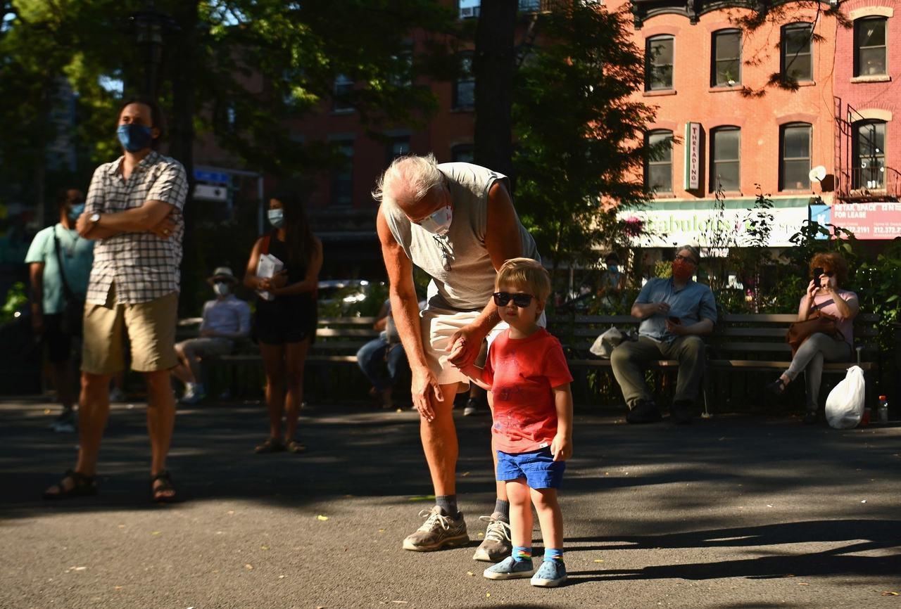 紐約布魯克林一個公園,家長帶著小孩玩樂。(Getty Images)