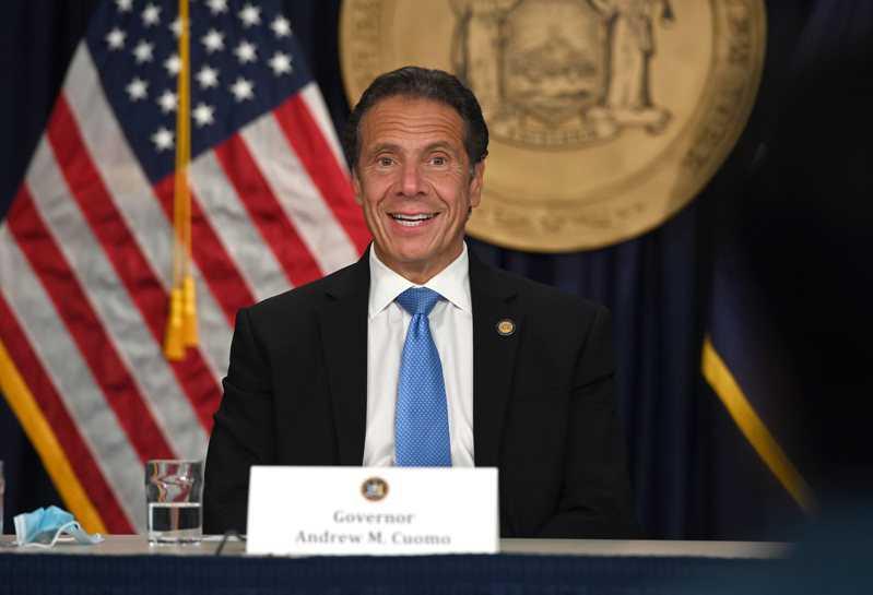 葛谟宣布,纽约市餐馆可从9月30日起恢复堂食,客容量限制在25%。(州长办公室提...