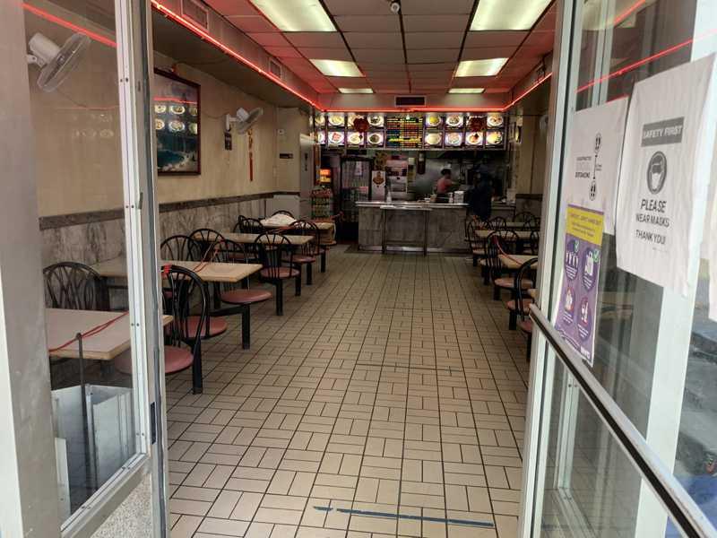 纽约市餐馆可从9月30日起恢复堂食,客容量限制在25%。(记者和钊宇/摄影)