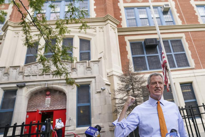 白思豪表示目前公校教职工新冠检测阳性率仅0.3%,对下周如期复课有信心。(美联社)