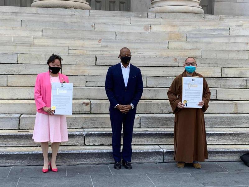 亚当斯(中)颁奖给疫情期间帮助抗疫的民间英雄,左为郑棋蓉、右为明予法师。(亚当斯办公室提供)