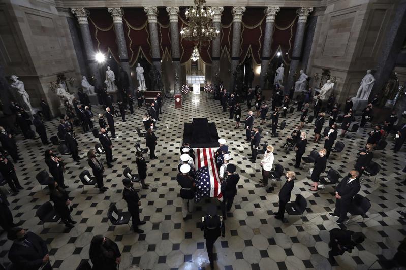 已故最高法院大法官金斯柏25日停灵国会,三军护卫,场面哀荣,许多民众自发前往瞻仰...