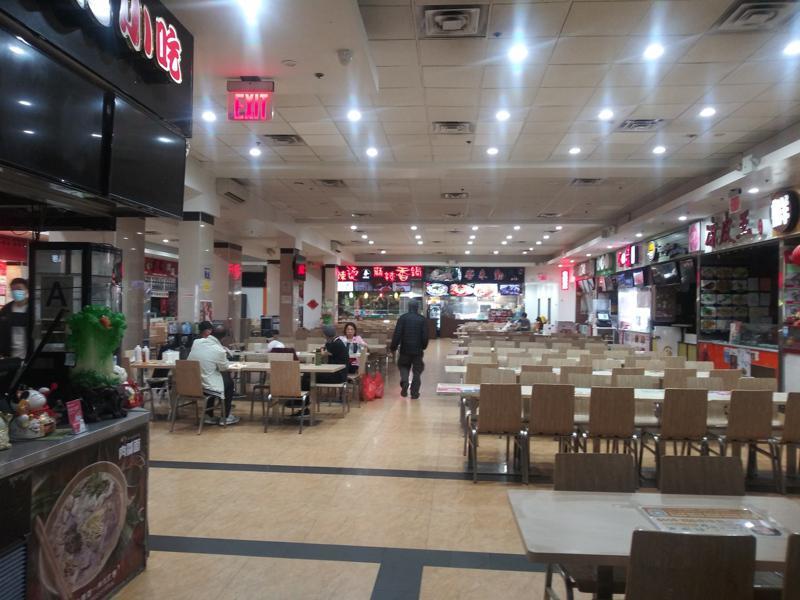 溫州移民創辦商城相當成功。圖為法拉盛的一個美食廣場。(記者韓傑/攝影)