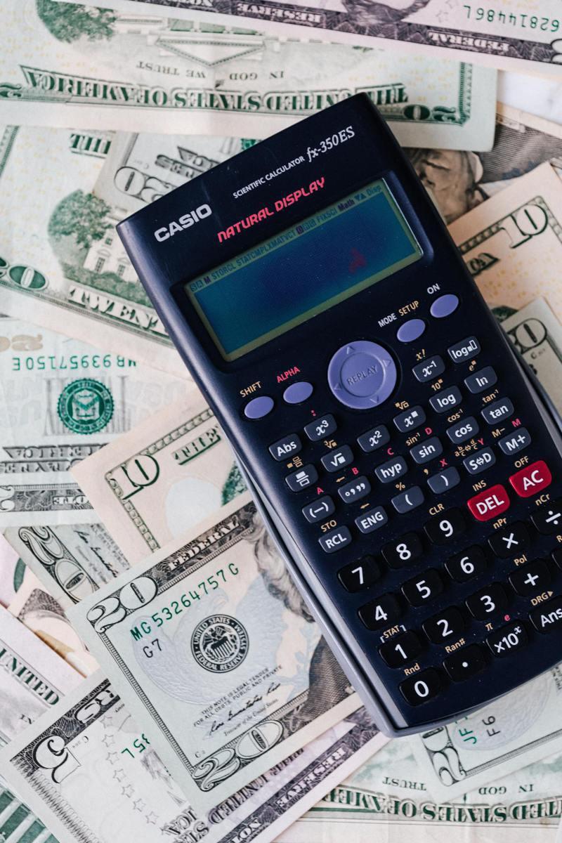 黃啟源說,投資房地產前一定要計算清楚。(Pexels)