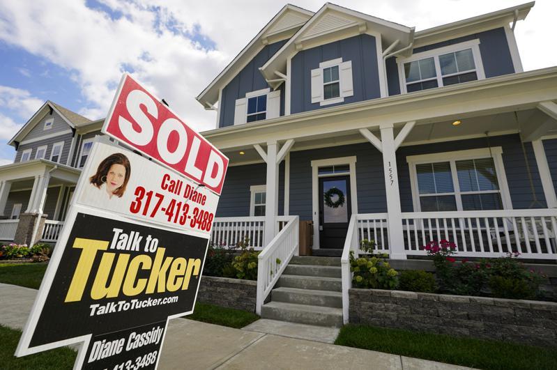 由於疫情的影響,美國房市下跌,房主只能降價銷售。(美聯社)