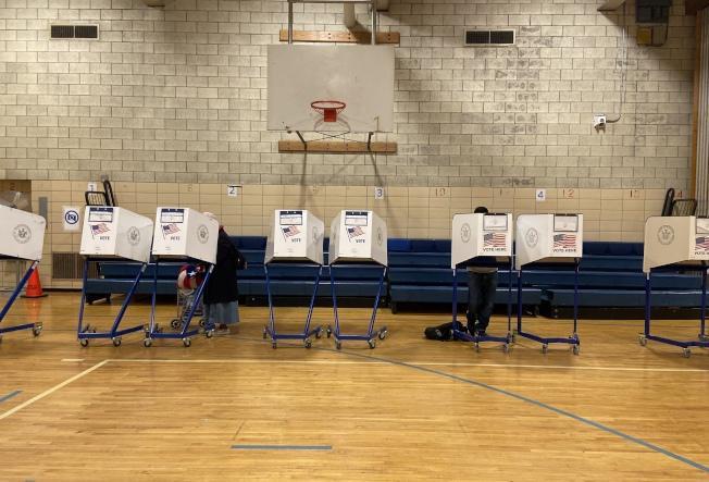 纽约市多个被列入严格防控区的疫情回升社区,提前投票恐取消。(本报文件照)