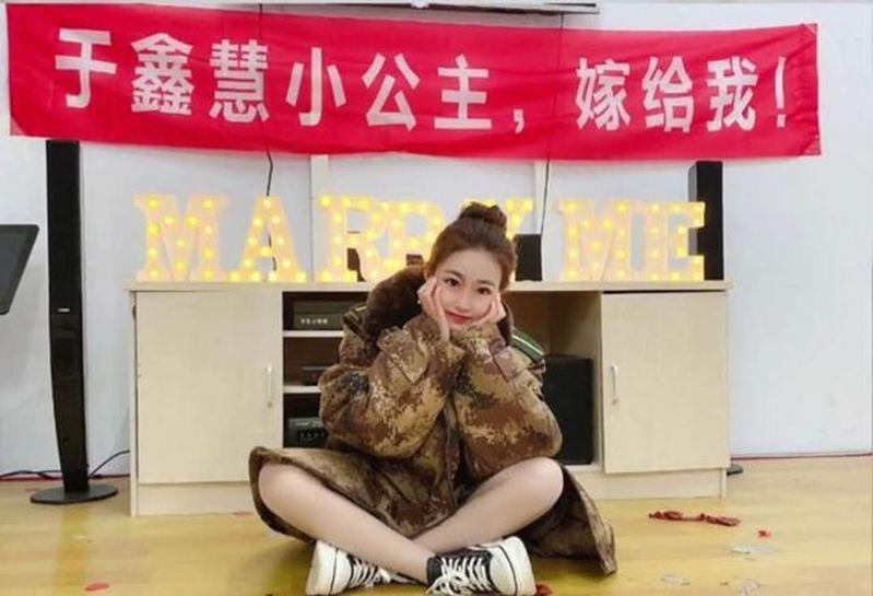 最美护士于鑫慧被求婚。(取材自微博)