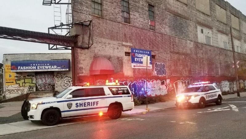 法警处执法人员在皇后区大都会大道上的仓库稽查违规聚会。(市财政局法警处提供)