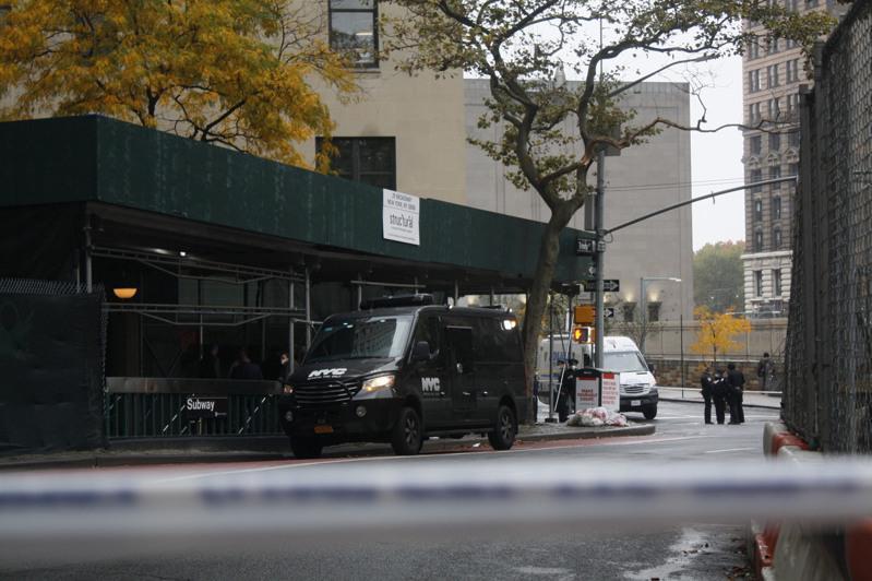 案发地在意施工的地铁出口附近,警方正现场进行调查。(记者张晨/摄影)