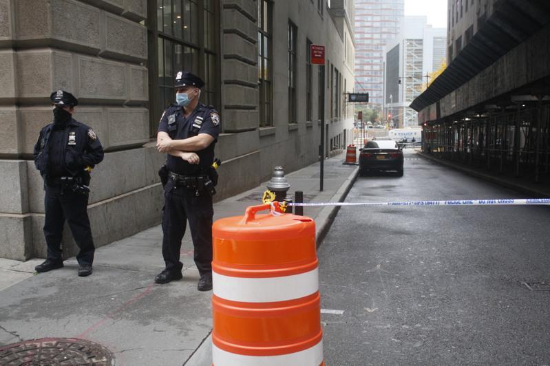 警员封锁命案发生路段,进行调查。(记者张晨/摄影)