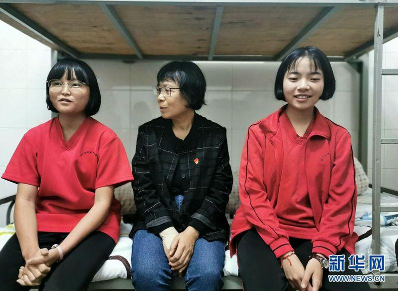 張桂梅(中)和她的兩位「室友」。(取材自新華網)