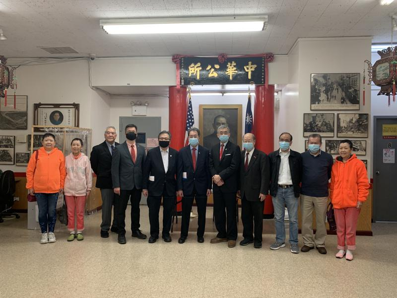 郑永佳(左五)28日拜访中华公所,现阶段华埠首要目的应吸引观光客、带动经济,同时保存中华文化。(记者颜嘉莹/摄影)