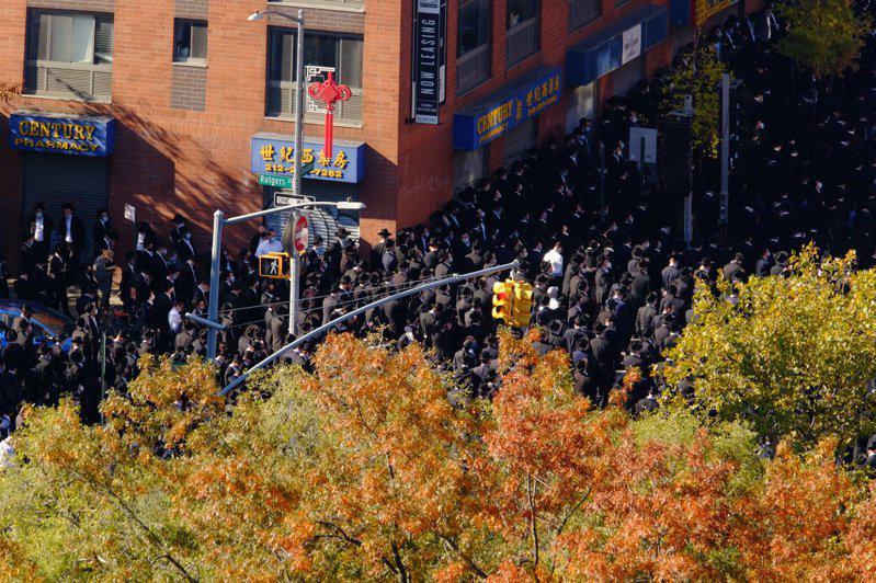 上百名犹太裔8日聚集在华埠东百老汇,为其拉比举办葬礼。(取自推特)