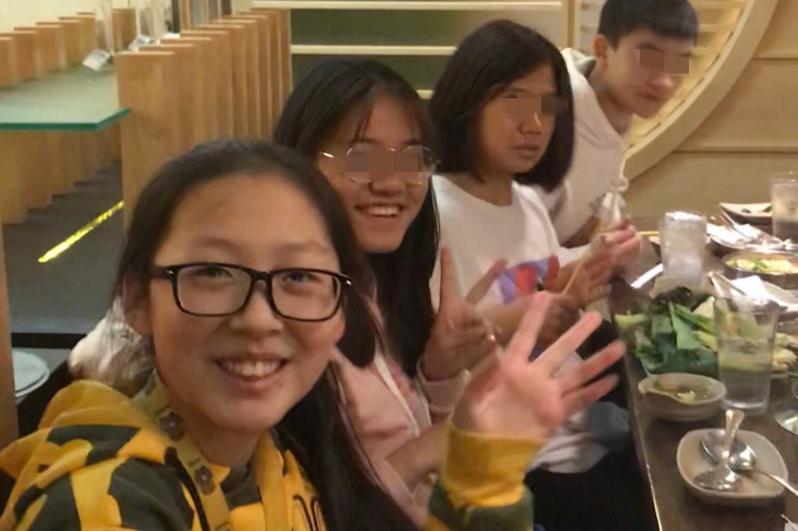 尹依萱和朋友们聚会。(取自Go Fund Me网站)
