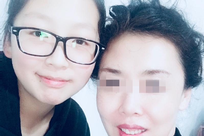 尹依萱(左)和母亲。(取自Go Fund Me网站)