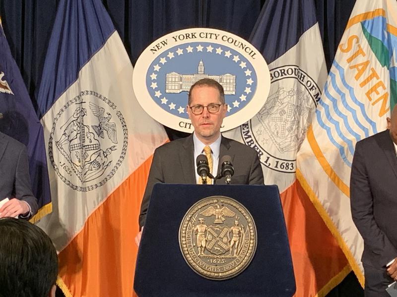 市议员列文呼吁,全市立即停止堂食,遏制疫情扩散。(记者和钊宇/摄影)