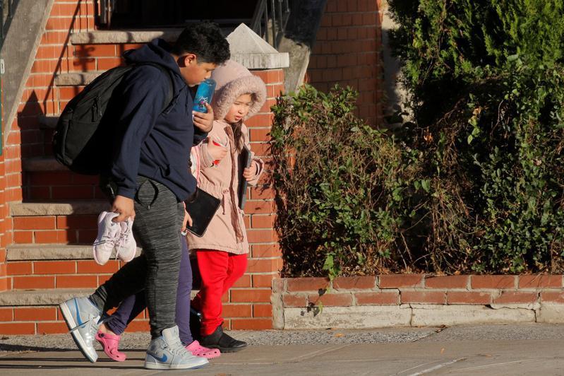 学校开了又关,许多家长开始忧心子女的身心健康。(路透)