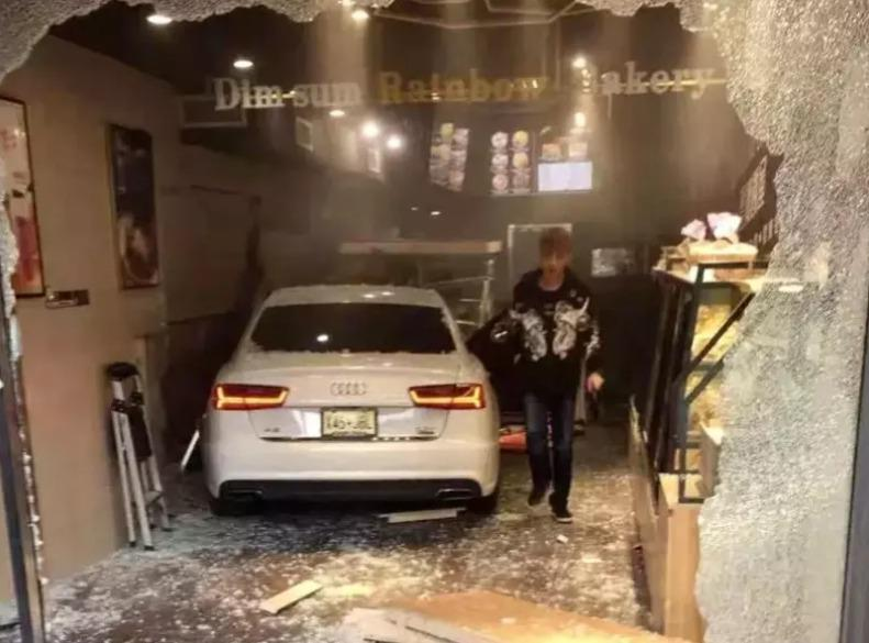 被告邹杰因涉嫌二级攻击的重罪以及三级攻击、二级威胁与造成受伤后逃逸五罪,被皇后区检方提告;图为邹杰16日开车撞伤他人后走出汽车。 (视频截图)
