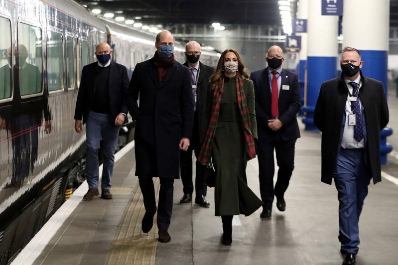 威廉王子夫妇(中)搭「皇室火车」到英国各地巡迴,向医护人员致敬。(路透)