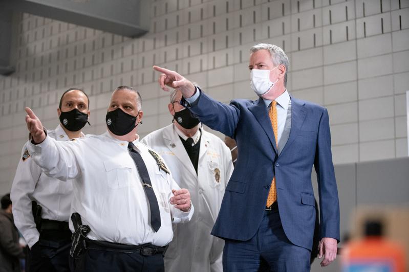 市长白思豪11日在皇后区的纽约警察学院视察新冠疫苗接种活动,他希望联邦政府提供更...