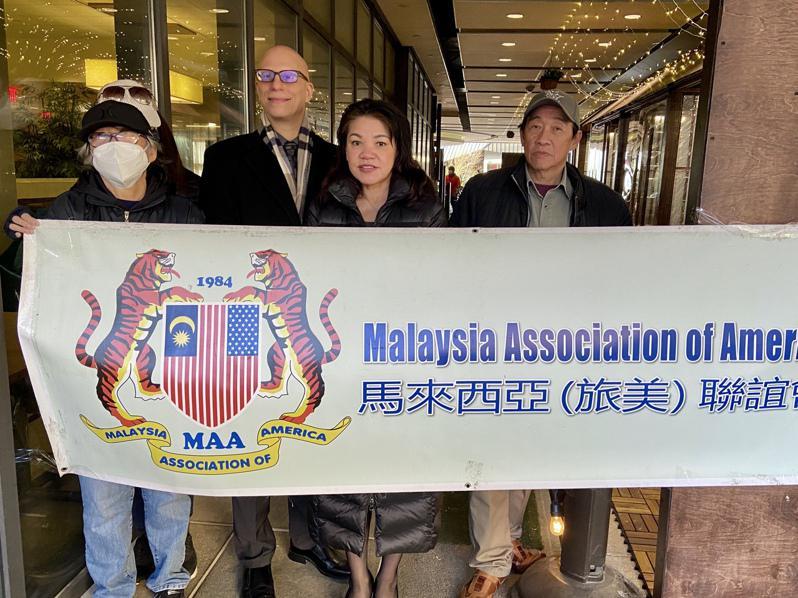 丁女士(左一)投诉房东,马来西亚联谊会表示会帮助丁女士维权,右一为邦君雄。(记者朱蕾/摄影)