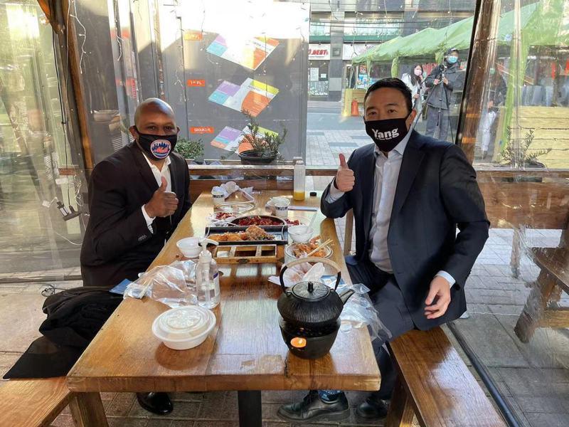 理查兹(左)与杨安泽(右)在法拉盛一家中餐厅共进午餐,探讨皇后区在疫情期间面临的困境。(取自杨安泽推特)
