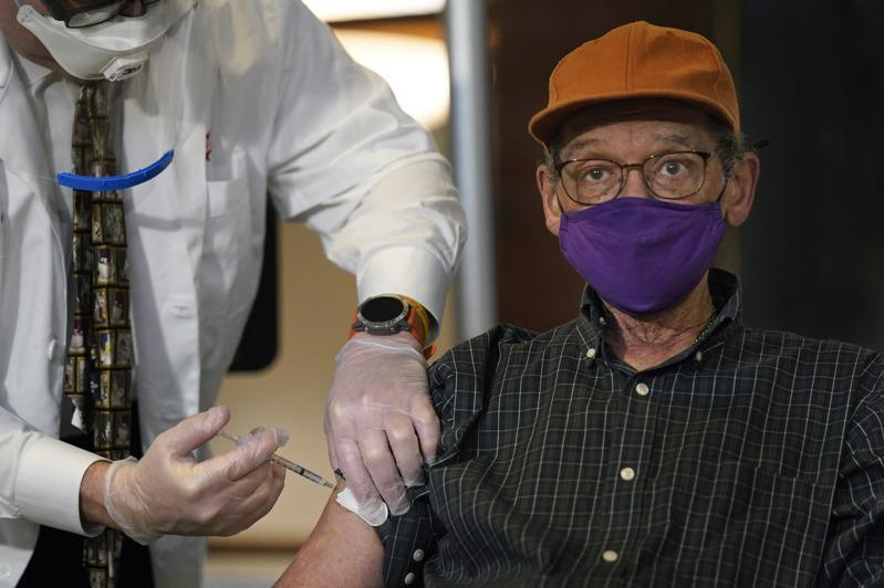 纽约市长白思豪15日表示,疫苗下周耗尽,预约将叫停。图为纽约市民接种疫苗。(美联社)