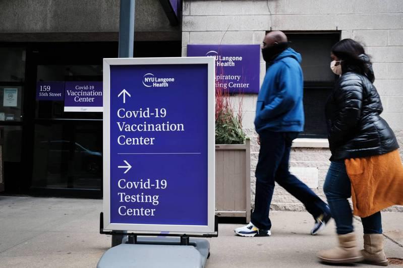 白思豪說,市府在疫苗接種點的翻譯服務存在疏漏,未來將盡力解決問題;圖為布碌侖民眾走過疫苗接種點。(Getty Images)