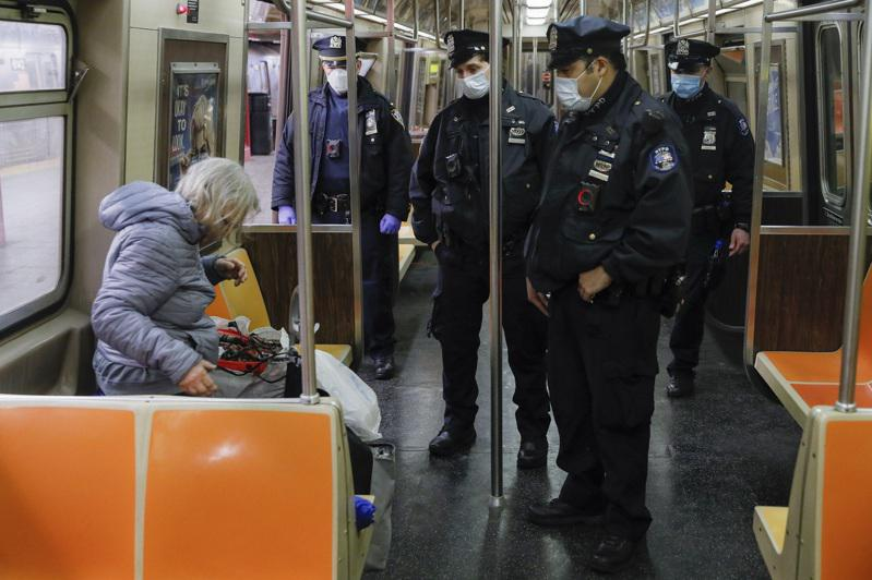 又有两名华裔女子在地铁上遭攻击受伤;图为纽约市警察在地铁车厢内执勤。(美联社)