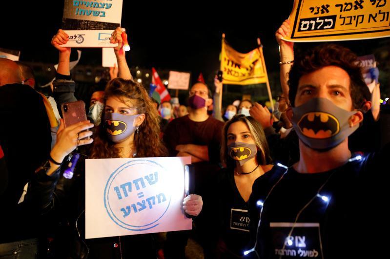 图为去年5月,以色列人民因新冠病毒危机上街头抗议。(路透资料照片)