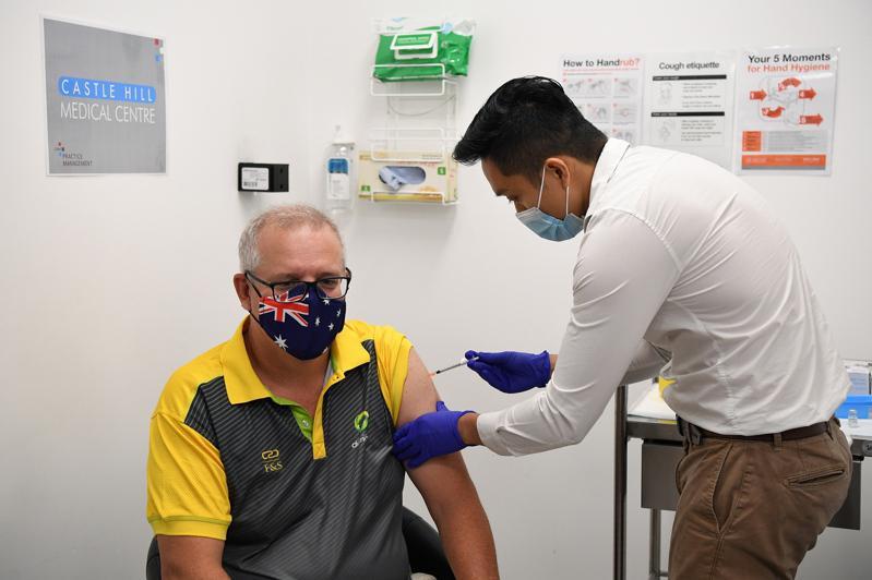 澳洲21日展开全国接种疫苗计画,总理莫里森(左)率先施打第一剂。(欧新社)