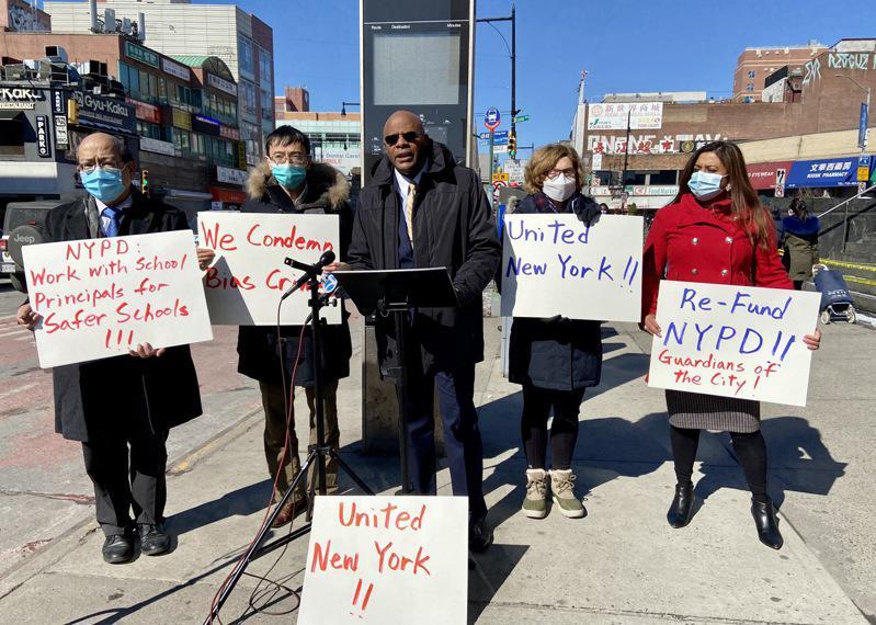 亚裔、非洲裔等多个族裔的社区领袖在法拉盛呼吁停止针对人的任何仇恨犯罪,倡导各族裔团结合作,左一至三依次为黄友兴、臧东慧、赫伯特。(记者朱蕾/摄影)