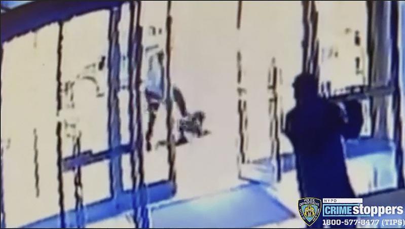疫情未褪,全美频传亚裔遭攻击事件。纽约市曼哈顿第九大道43街附近29日发生一位6...