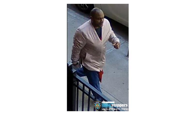 纽约市警方公布29日在曼哈顿攻击亚裔妇女的暴徒影像,要缉拿此人。(美联社)