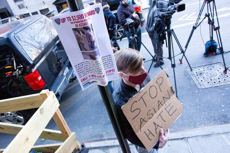 疫情未褪,全美频传亚裔遭到攻击事件。图为纽约市曼哈顿第九大道43街附近路灯杆上张...