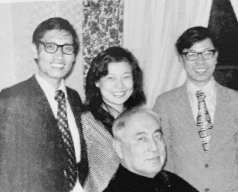 于斌樞機70年代初與侄子于金山(後排右)、姪女于德蘭(後排中)和姪女婿(後排左)...
