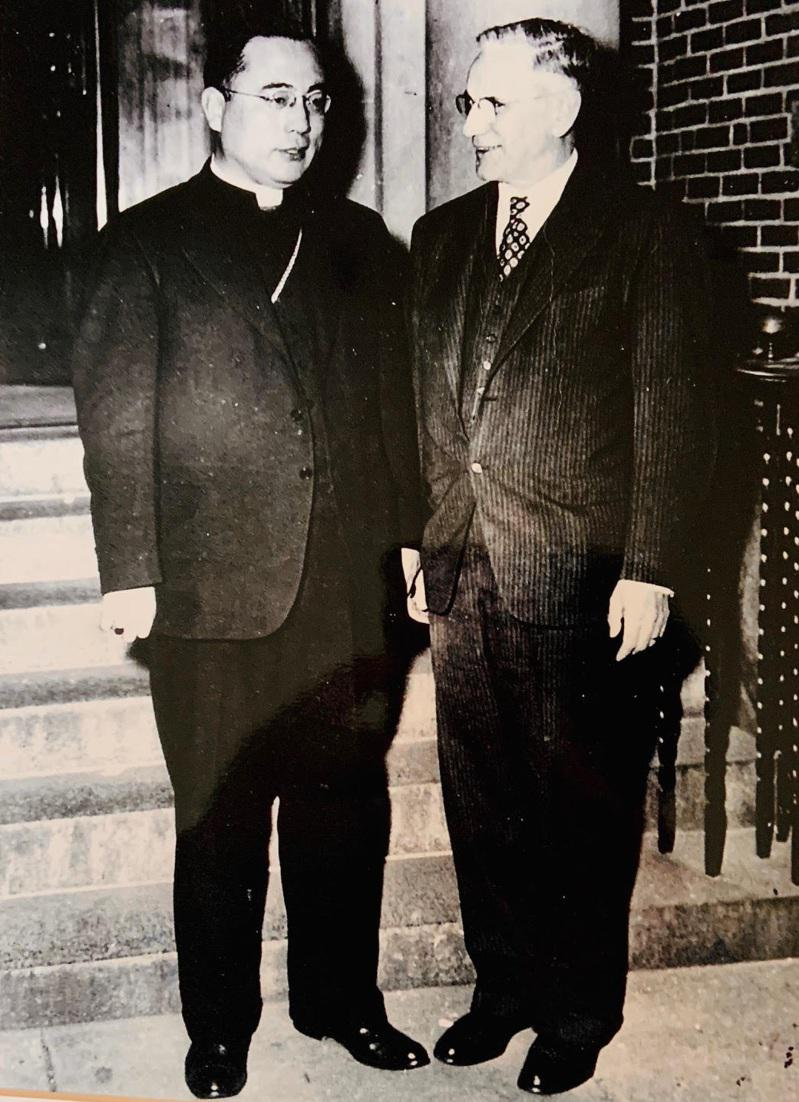 1953年于斌總主教和好友、美國前眾議院議長John W. McCormack合...