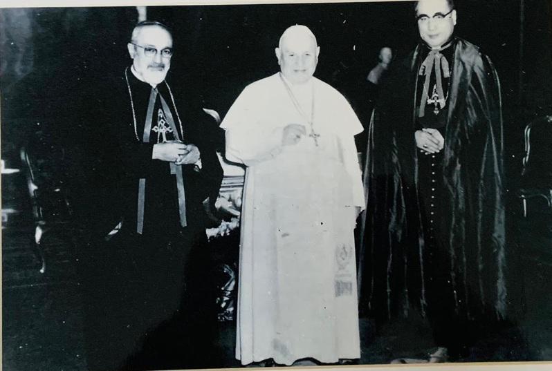 1959年11月3日于斌總主教和教廷傳信部長雅靜安樞機(左)晉謁教宗若望二十三世...