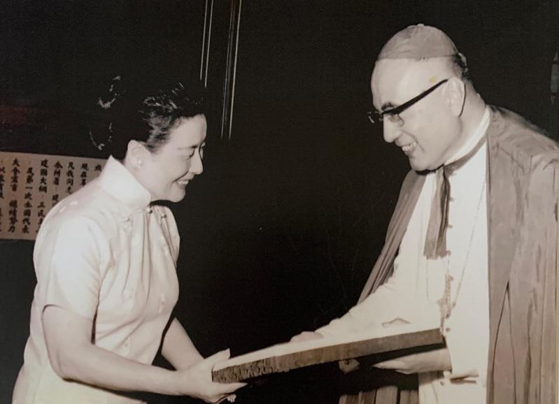 蔣宋美齡(左)接受出任輔大名譽董事長聘書。(于德蘭提供)