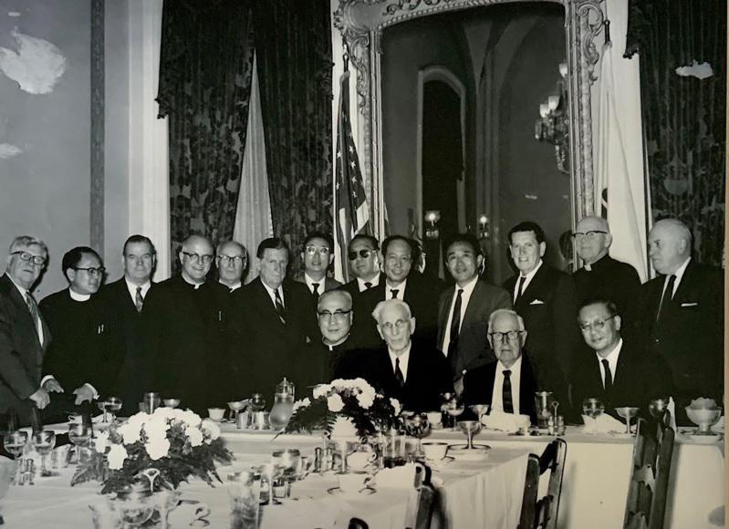 于斌升任樞機後,美國友人宴請慶祝,前排右三為美國前眾議院議長John W. Mc...