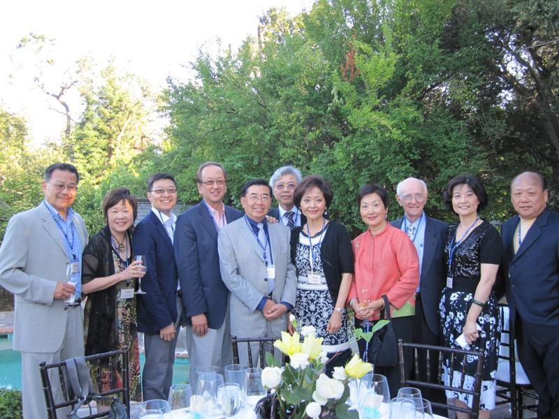 美國輔仁大學基金會的董事隊伍不斷發展壯大,匯聚了眾多精英校友,左二是王張令瑜、左...