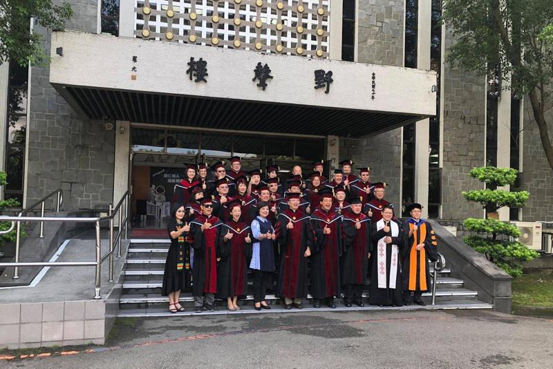 學生們在輔大野聲樓前拍畢業照,「野聲」為于斌樞機的表字。(取自輔大臉書)