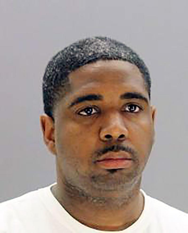 德州达拉斯郡警察莱瑟因被控买凶杀人被捕,7日出庭聆讯,因证据不足,获法官释放。 (美联社)