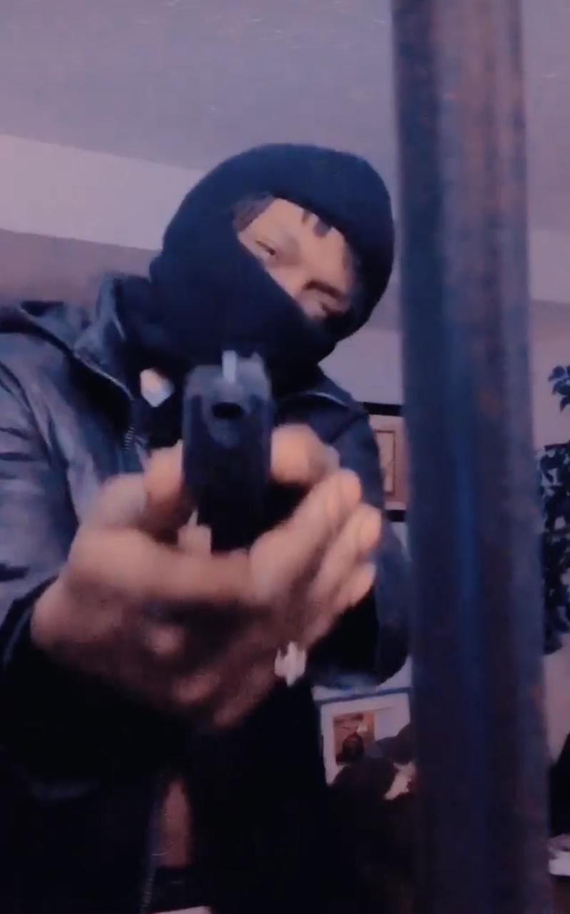 提格的Instagram上有多只持枪影片。(取自提格Instagram)