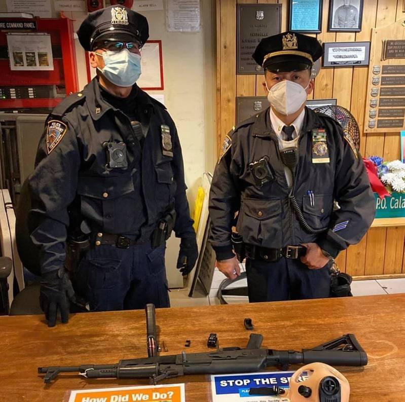 提格带着步枪逛时报广场,被该两名执勤警员发现并将他逮捕。(市警提供)