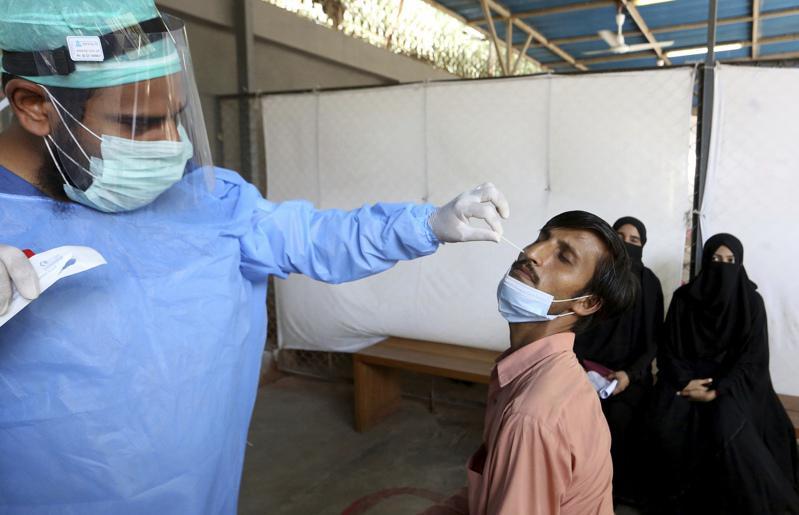 巴基斯坦每963人只有不到一名醫生,該國總理表示,若情况變得與印度一樣,不排除封...