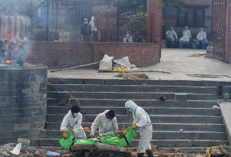 尼泊爾面臨和印度一樣嚴峻的疫情,不僅確診病例激增,醫院病床也短缺。圖為加德滿都的火葬場。(美聯社)