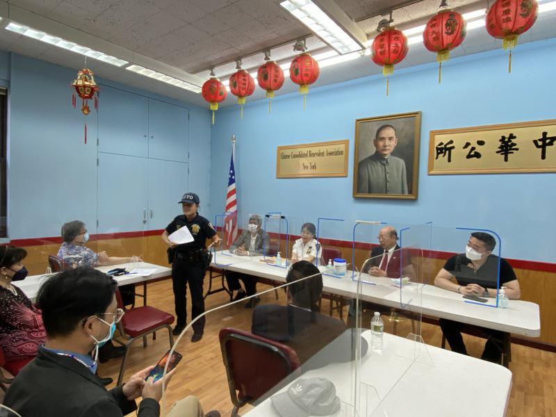 市警五分局在中华公所召开警民会,向民众汇报赖特案件信息。(记者金春香/摄影)