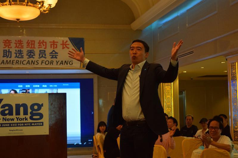 杨安泽表示现在是时候选出一名亚裔市长,担任高端职位来激发更多亚裔美国人。(记者颜...